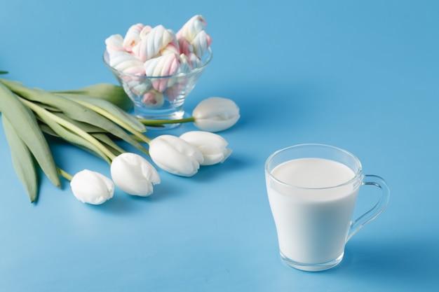 Szklanka świeżego mleka i tulipanów