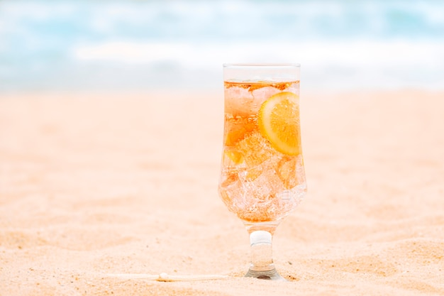 Szklanka świeżego napoju pomarańczowego z plasterkami cytrusów