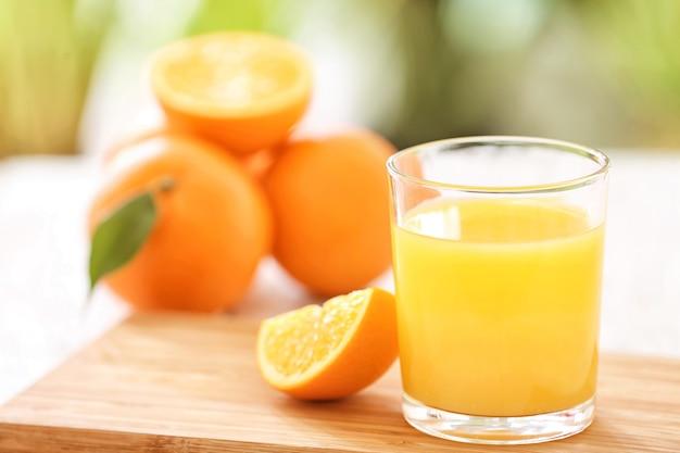 Szklanka świeżego soku pomarańczowego na stole