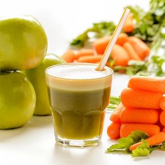 Szklanka świeżego soku z jabłkami. koncepcja zdrowej żywności