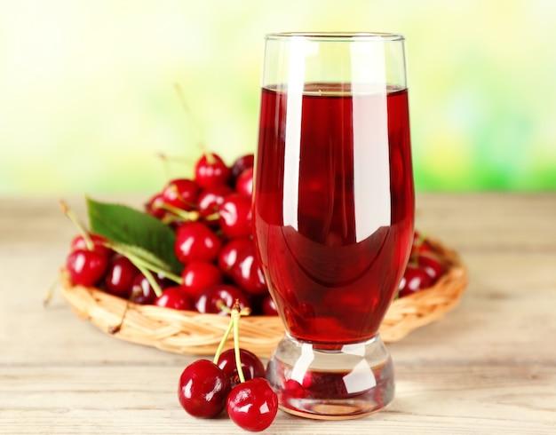 Szklanka świeżego soku z wiśniami na jasny