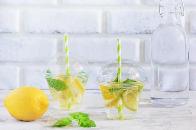 Szklanka świeżej chłodnej wody witaminowej z miętą cytrynową