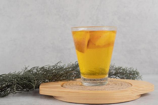 Szklanka świeżej lemoniady z kawałkami owoców
