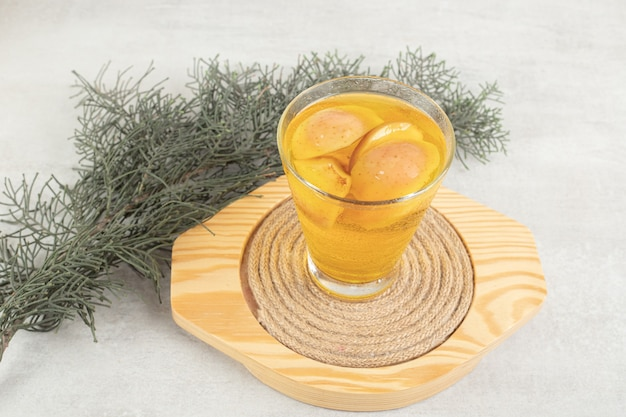 Szklanka świeżej lemoniady z plasterkami owoców