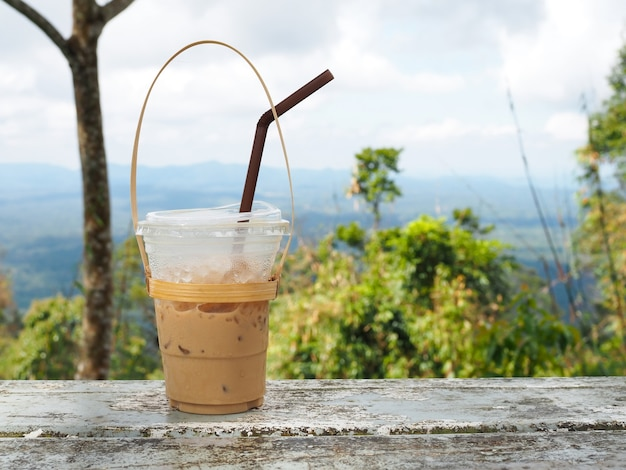 Szklanka tajskiej herbaty na górze w parku narodowym khao yai