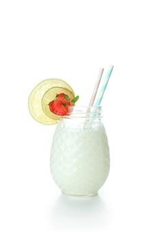 Szklanka tropikalnego koktajlu na białym tle