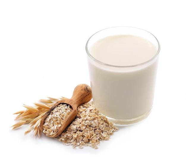 Szklanka wegańskiego mleka owsianego na białym tle. zdrowe jedzenie.