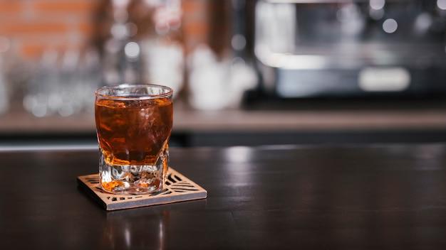Szklanka whisky z kostkami lodu