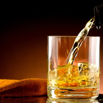 Szklanka whisky z lodem