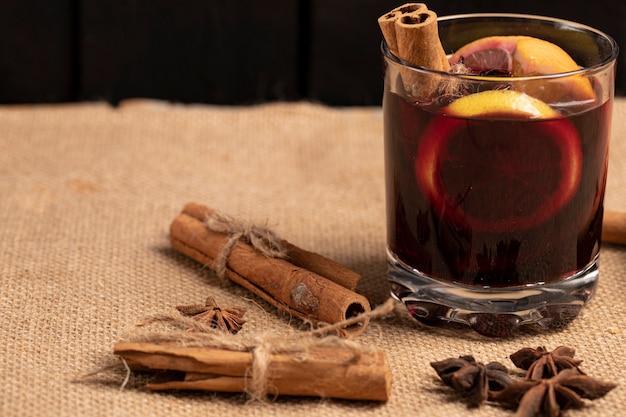 Szklanka wina glintwine na kawałku płótna.