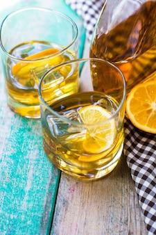 Szklanka wiskey, cytryny i lodu