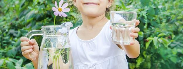 Szklanka wody dla dzieci. selektywne skupienie. jedzenie i picie.