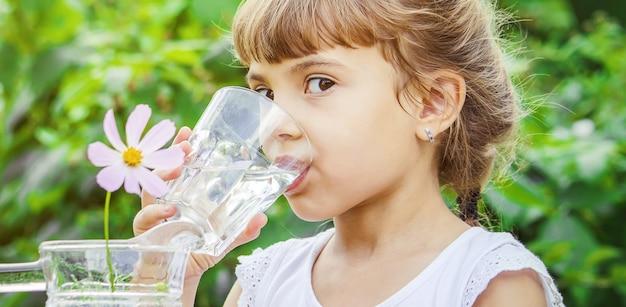 Szklanka wody dla dzieci. selektywne skupienie. natura.