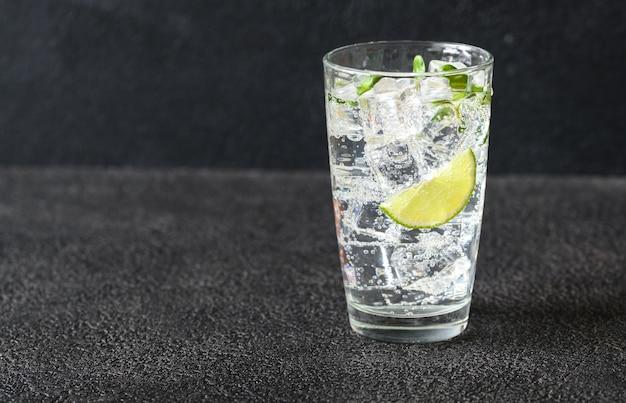 Szklanka wody gazowanej
