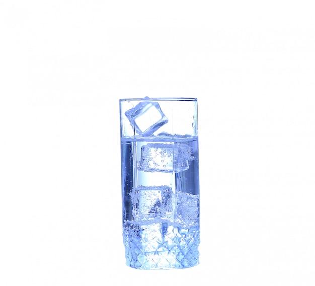 Szklanka wody, lodu i plasterek świeżej cytryny na białym tle