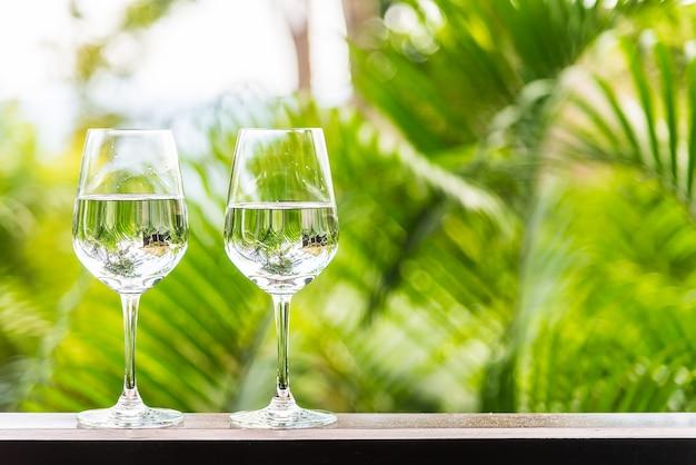 Szklanka wody na tarasie