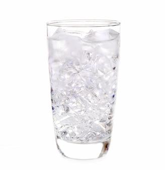 Szklanka wody z lodem na białym