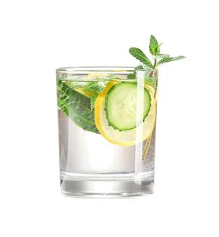 Szklanka wody z ogórkiem na białym tle