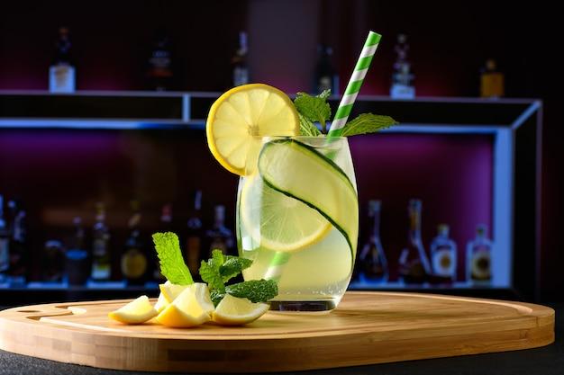 Szklanka z sycylijskim napojem cytrynowym w tle rozmyty obraz środowiska nocnego baru