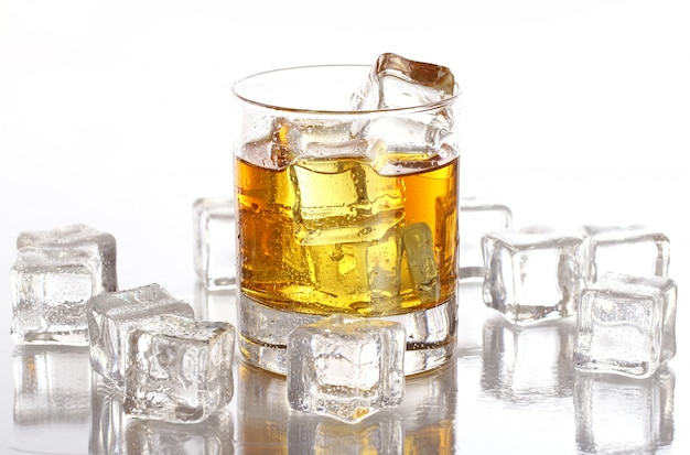 Szklanka z zimną whisky