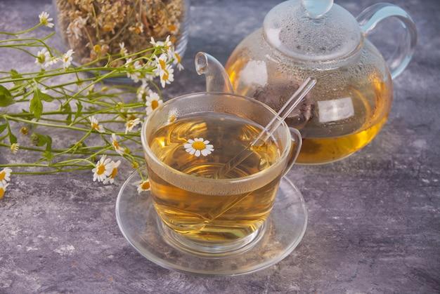 Szklanka zdrowej ziołowej herbaty rumiankowej.