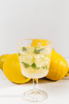 Szklanka ze świeżą lemoniadą