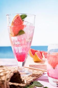 Szklanka ze świeżym aromatem napoju owocowego