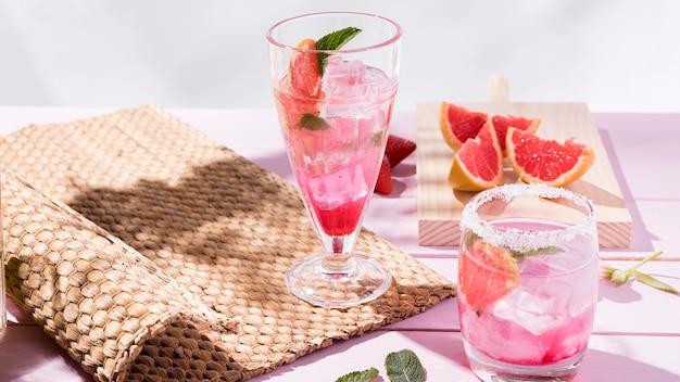 Szklanka ze świeżymi napojami