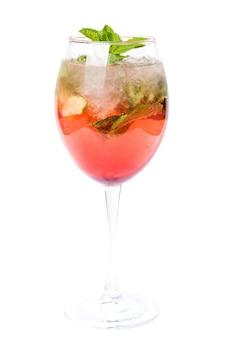 Szklanka zimnego czerwonego koktajlu z sokiem owocowym i miętą. letni koktajl na białym tle.