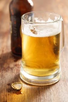 Szklanka zimnego piwa na biurku w barze lub pubie