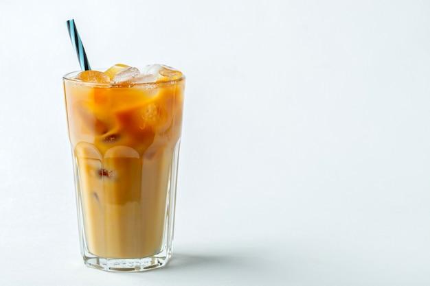 Szklanka zimnej kawy. copyspace