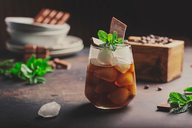 Szklanka zimnej letniej kawy