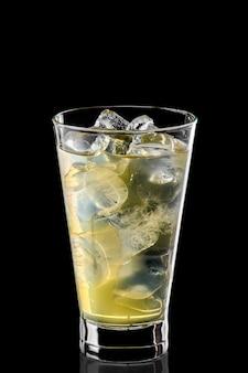 Szklanka zimnej wody z kostkami lodu i syrop gruszkowy na białym tle
