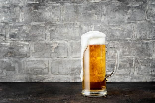 Szklanka złotego piwa