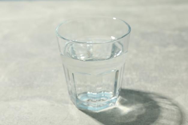 Szklankę wody na szaro, z bliska