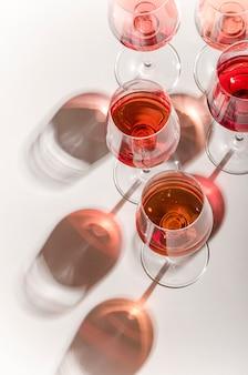 Szklanki białego i różowego wina z ich cieniami