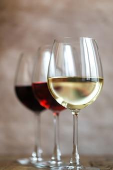 Szklanki czerwonego, różanego i białego wina