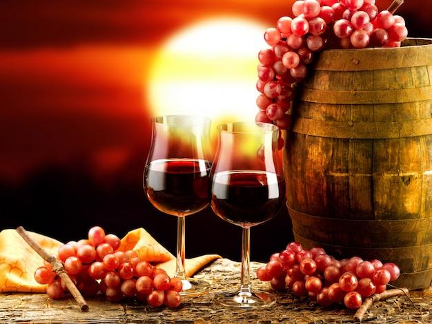Szklanki czerwonego wina w piwnicy z winami