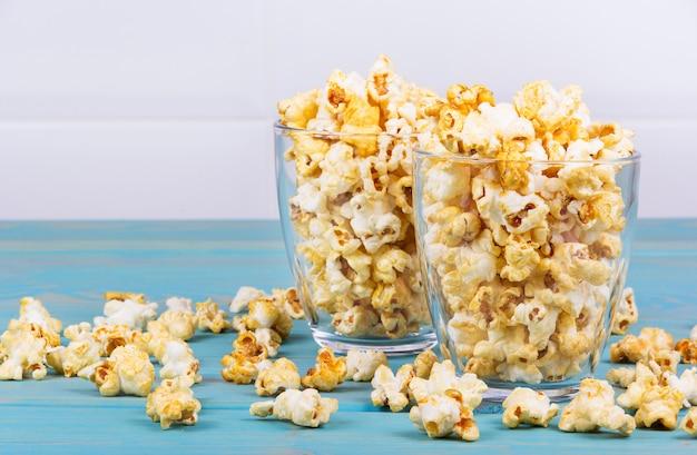 Szklanki domowego popcornu