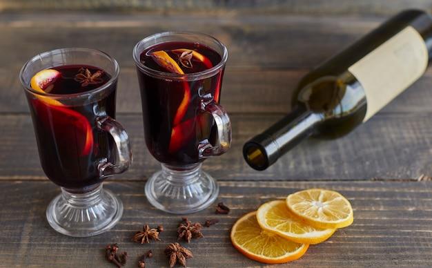Szklanki grzanego wina na boże narodzenie