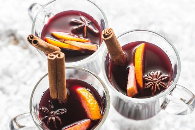 Szklanki grzanego wina w śniegu