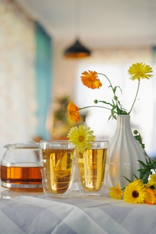 Szklanki herbaty gotowe do picia