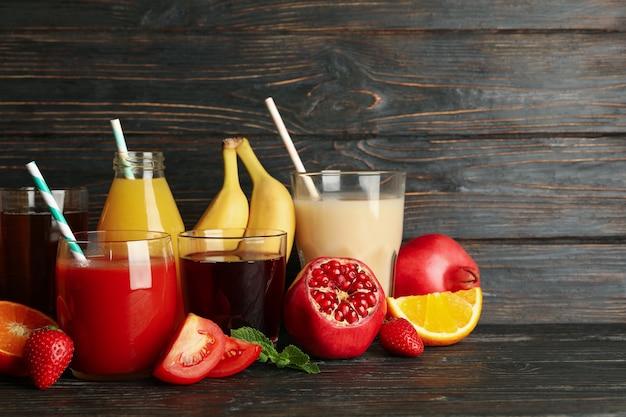 Szklanki i słoiki z różnymi sokami