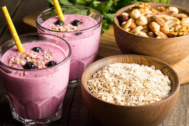 Szklanki jagodowego smoothie z orzechami.