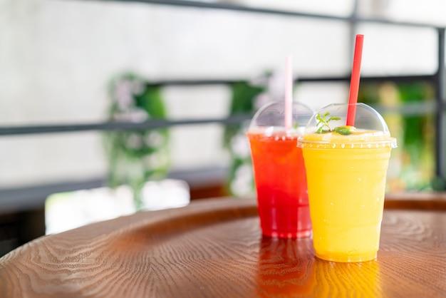 Szklanki koktajli mango w kawiarni