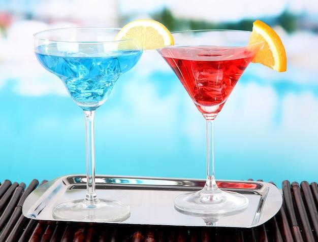 Szklanki koktajli na stole przy basenie?