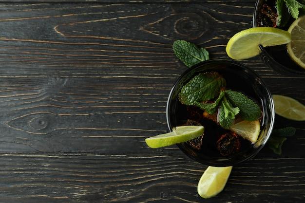 Szklanki koktajlu cuba libre na drewnianym stole