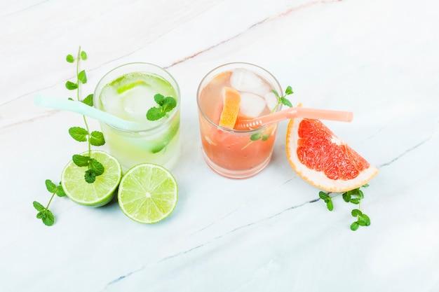 Szklanki lemoniady z pokrojonymi owocami