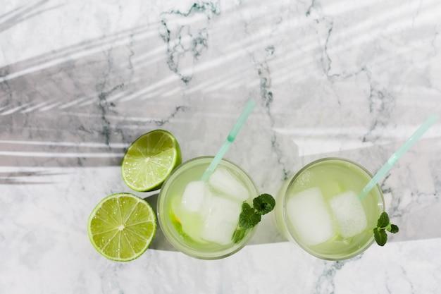 Szklanki limonki lemoniada z miętą