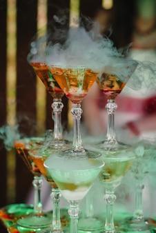 Szklanki martini na wzgórzu z chłodnym dymem